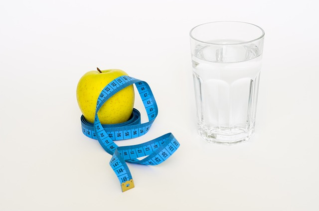 90 napos diéta - alma és pohár víz