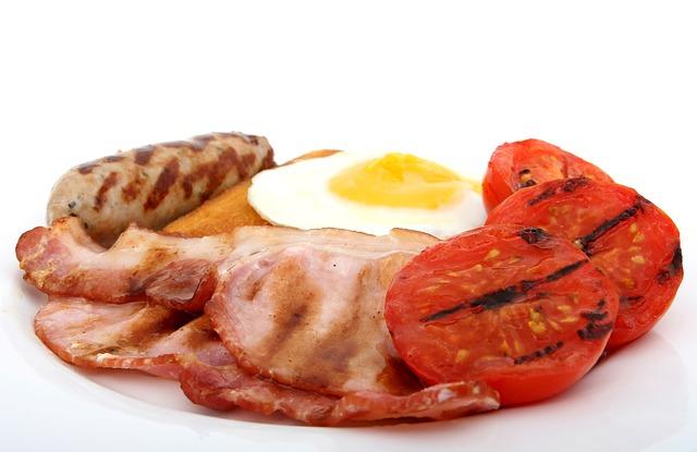 Koleszterin - reggeli kolbász, szalonna, tojás egy tálon